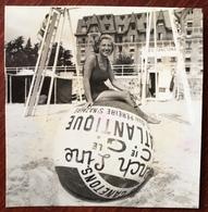 Snapshot. Une Femme Posant Sur Un Ballon Géant à La Plage. - Photos