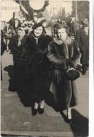 PHOTO - MARSEILLE - Dames Chic Se Promenant Avec Leur Manteau De Fourrure Dans Les Rues - Ft 14 X 9 Cm - Lieux