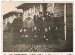 PHOTO - Militaires Devant Baraquement -  Ft 8 X 6 Cm (souvenir De Frejorgues) - Guerra, Militari