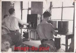 Photo Ancienne  SPIRE SPEYER  MILITAIRE STAND DE DÉMONSTRATION RADIO  TRANSMISSION  T.S.F 1950 1951 - Guerre, Militaire