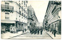 75005 PARIS - Rue Bertholet (vue Prise Du Bld Du Port-Royal - Troupe Au Pas - Commerces - Arrondissement: 05