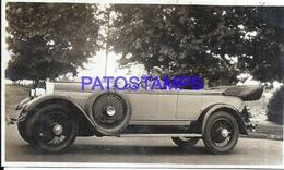 113003 AUTOMOBILE OLD CAR AUTO SEDAN CONVERTIBLE AND COUPLE PHOTO NO POSTAL POSTCARD - Postales
