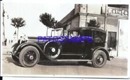 113004 AUTOMOBILE OLD CAR AUTO SEDAN CONVERTIBLE AND COUPLE PHOTO NO POSTAL POSTCARD - Postales