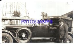 113005 AUTOMOBILE OLD CAR AUTO SEDAN CONVERTIBLE AND COUPLE & DRIVER PHOTO NO POSTAL POSTCARD - Postales