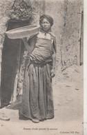 CPA Algérie. Femme Arabe Portant Le Couscous. 1904 - Femmes