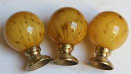 Ancien 3 Boules Superbes En Verre Et Laiton De Rampe D'escalier Jaune Ocre - Verre & Cristal