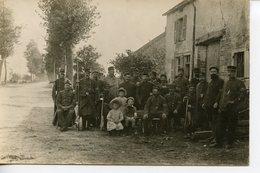 1281. CPA PHOTO A LOCALISER. GROUPE DE MILITAIRES ET ENFANTS A L'ENTREE D'UN VILLAGE - Guerra 1914-18