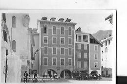 N 7  SAINT ETIENNE DE TINEE PLACE ET HOTEL ISSAUTIER   AUTOCAR  PERSONNAGES  FACON PHOTO  DEPT 06 - Saint-Etienne-de-Tinée