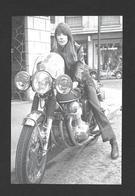 ARTISTES - ACTRICES DE CINÉMA ET CHANTEUSE - LA TRÈS JOLIE FRANÇOISE HARDY VERS 1970 SUR SA MOTO - Actors
