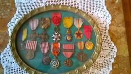 Bel Ensemble Cadre 27 Cm X 32 Cm  Avec  12 Médailles  Militaires Sous Verre - Frankreich