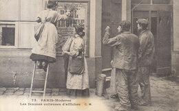 75 PARIS MODERNE / LES FEMMES COLLEUSES D.AFFICHES   Petite Tâche    /// REF  MAI .19 - Petits Métiers à Paris