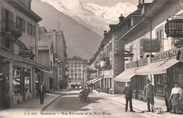74 Chamonix Rue Nationale Et Le Mont Blanc Cpa Carte Animée Le Grand Bazar Chaussures à La Renommée Au Bon Marché - Chamonix-Mont-Blanc