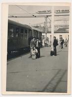 REAL PHOTO -  TRAIN In Railway Station Men Women   - Beograd  Zeleznicka Stanica  Old Photo - Trenes