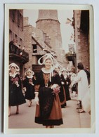 Photo 1965 Ou 1966 Dinan Reine Des Bruyères De Haute Bretagne Coiffe Et Costume Breton Folklore - Places
