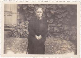Ancienne Photo Amateur / Femme / 1945 / Nom Au Dos - Personnes Identifiées