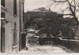 LES BEAUX (13). SOUS LA NEIGE Ou Les Caprices Du Temps. Un Coin Du Vieux Village Avec Les Remparts - Les-Baux-de-Provence