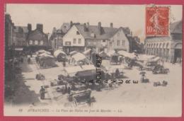 50 - AVRANCHES---La Place Des Halles Un Jour De Marché----animé - Avranches