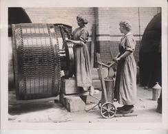 LANCASHIRE LASSES MAKE GLASS ENGLAND BRITISH ST HELENS  BELGIAN CHIEF PRODUCERS   21*16CM Fonds Victor FORBIN 1864-1947 - Profesiones