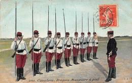 Illustration Militaria - Cavalerie Dragons : Manœuvre à Pied - 1915 - Casernes