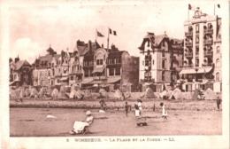 CPA 62 Wimereux - La Plage Et La Digue Animée, Cabines De Plage, Baigneurs - France