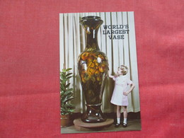 World's Largest Vase  Admired By 6 Year Old Girl   Pottery Queen Ohio     Ref 3386 - Craft