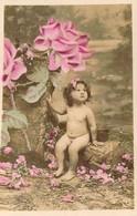 Petite Fille Toute Nue Sous Une Rose Bien Trop Grande Pour Elle - Neonati