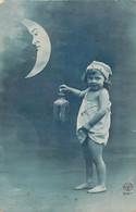 Petite Fille Torse Nue Sous La Lune Avec Sa Lanterne - Babies