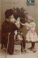 Un Vieux Père Noël Grand-Père Distribuant Des Jouets à Une Petite Fille Triste Pour Un Joyeux Noël - Weihnachten