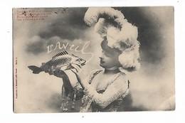 Belle  Femme , Grand Chapeau  Des  Plumes  Et  Poisson - April Fool's Day