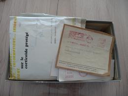 Une Boîte à Chaussure Plusieurs Centaines De Flammes EMA Rouge La Majorité Découpées - Marcophilie (Lettres)