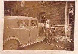 Voiture à Identifier : MONAQUATRE 1930 ? Avec Volant Sur La Droite, Garée Devant L'épicerie Du 135 Quai De L'ouest LILLE - Automobiles