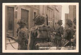 - ARROMANCHES-les-Bains (calvados) Groupe De Soldats Dans La Ville En Tenue De Combat - Arromanches