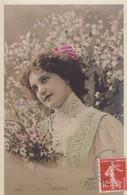 """CARTE FANTAISIE. CPA COLORISEE. PORTRAIT DE JEUNE FEMME ET FLEURS DE PRINTEMPS POUR UNE """" BONNE FETE """" ANNEE 1909 - Femmes"""