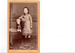 CDV. Petite Fille Avec Sa Poupée. PHOTO A. TROUILLET. En Parfait état. Voir SCAN Recto-verso. - Anciennes (Av. 1900)