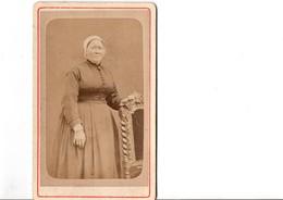 CDV.  Femme En Habit D'époque. Photo J.BRALANT. Angerville. En Parfait état. Voir SCAN Recto-verso - Alte (vor 1900)