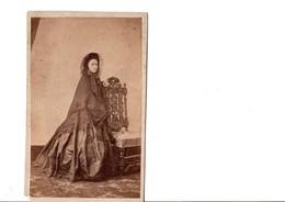 CDV. Costume 1860. 1870. Aristocratie. Femme élégante. Coin En Bas à Gauche. Voir SCAN Recto-verso.PHOTO A.LEFEVRE - Photographs
