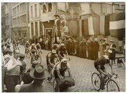 ORIGINELE PERSFOTO - De Reuzen Van Leuven Bij Een Wielerwedstrijd - Leuven