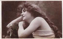 CARTE FANTAISIE. CPA .  JEUNE FEMME DE PROFIL ET LONGS CHEVEUX. ANNEE 1905 - Femmes