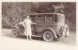 AK542 Privataufnahme Dame Vor Oldtimer, 20er-Jahre, Ca. 14 X 9 Cm - Persone Anonimi