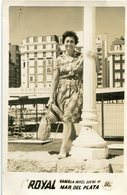 FEMME À LA PLAGE - WOMAN ON THE BEACH - MUJER EN LA PLAYA. MAR DEL PLATA, ARGENTINA. PHOTO FOTO YEAR 1962 -LILHU - Personas Anónimos