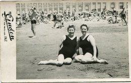 DEUX FEMMES À LA PLAGE - DOS MUJERES EN LA PLAYA. TRAJE DE BAÑO MAILLOTS SWIMSUITS PHOTO FOTO YEAR 1943 -LILHU - Personas Anónimos
