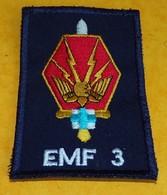 INSIGNE EN TISSU ARMEE FRANCAISE : Etat Major Des Forces N° 3, MARSEILLE, BON ETAT VOIR PHOTO . POUR TOUT RENSEIGNEMENT - Armée De Terre