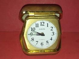 ANCIEN RÉVEIL MÉCANIQUE DE VOYAGE EUROPA 2 JEWELS Fonctionne Heure Et Sonnerie - Alarm Clocks
