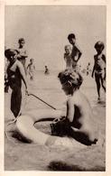 JEUNE BAIGNEUR : ENFANT NU Sur PLAGE / BATHING NAKED CHILD On BEACH - BLACK SEA / ROMANIA ~ 1950 - '955 - RRR (ac339) - Scènes & Paysages