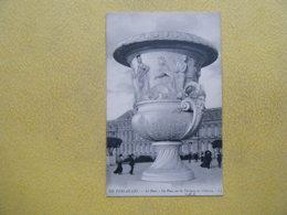 VERSAILLES. Le Château. Le Parc. Un Vase Sur La Terrasse. - Versailles (Schloß)