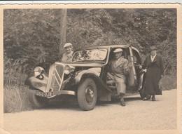 PHOTO (17x12.5cm) DEUX FEMMES ET UN HOMME SUPERBE VOITURE TRACTION IMMATRICULÉE 654-RJ8 - Automobiles