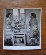 Femmes Dans Une Cuisine Années 1950? - Personnes Anonymes