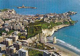 1 AK Italien * Blick Auf Vieste - Rechts Der Monolith Pizzomunno, Links Oben Die Insel Santa Eufemia Mit Leuchtturm * - Italie