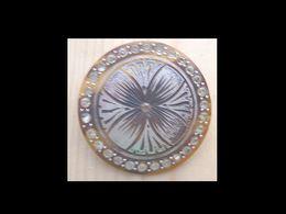 Bro-205 Broche Ancienne De 35 Mm De Diamètre Orné D'un Brillant Central Et Sur Le Pourtour - Juwelen & Horloges