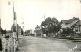 17 - BUSSAC FORET - Avenue De La Gare - Passage à Niveau - Altri Comuni